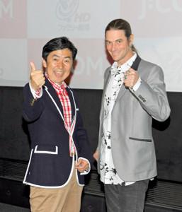 満面の笑みで写真撮影に応じる笠井信輔アナ(左)とセイン・カミュ