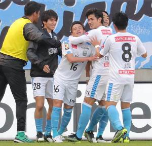 後半26分、チーム2点目のゴールを決めた川崎・長谷川竜也(中)