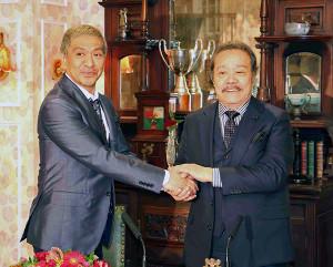 探偵!ナイトスクープ3代目局長に就任した松本人志(左)と握手する西田敏之
