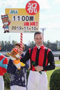 エイシンガネーシャでJRA通算1100勝を達成したC.ルメール騎手(カメラ・高橋 由二)