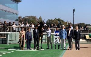 東京5R・2歳新馬戦を制したダイワクンナナ(右から4人目は鞍上の北村宏司騎手=カメラ・松浦拓馬)