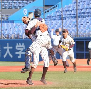 優勝を決め、捕手・吉田と抱き合って喜ぶ国士舘・中西