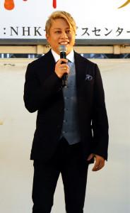 金髪姿でトークショーに登場した西川貴教