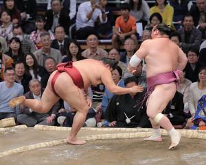 宝富士は突き落としで阿炎(左)を破る(カメラ・石田 順平)