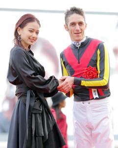 プレゼンターの山本舞香(左)と笑顔で握手するクリストフ・スミヨン騎手