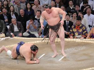 北勝富士はた叩き込みで下す白鵬(カメラ・石田 順平)