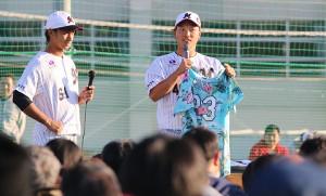ロッテ岩下(右)や三家らが参加し台風被害のあった千葉鴨川市への義援活動としてチャリティーオークションが行われた