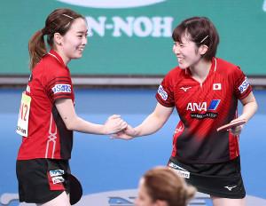 石川佳純(左)、平野美宇組