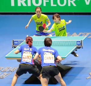 女子ダブルス(第1試合)第1ゲーム 中国の選手を相手に攻める(左から)石川佳純、平野美宇ペア