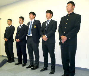 ヤクルトの秋季キャンプ見学を終え、会見するドラフト指名選手。右から奥川、吉田、杉山、長岡、武岡