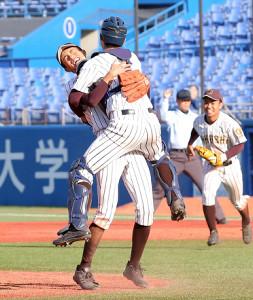 優勝を決め、抱き合って喜ぶ国士舘の吉田と中西(左)