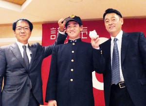 仮契約を終え笑顔を見せる前橋商・井上(左は内田スカウト、右は長谷川スカウト部長)