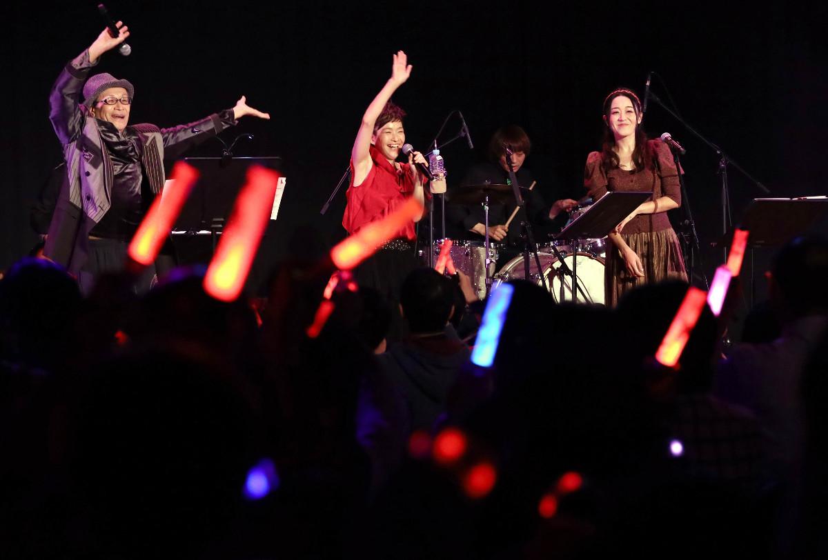 MEIKO15周年記念テーマソング「ハッピーアワー」を熱唱する(左から)風雅なおと、拝郷メイコ、浅川悠
