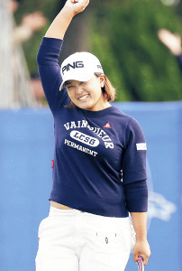 通算17アンダーで優勝を決めた鈴木愛は、笑顔でガッツポーズ(カメラ・義村 治子)
