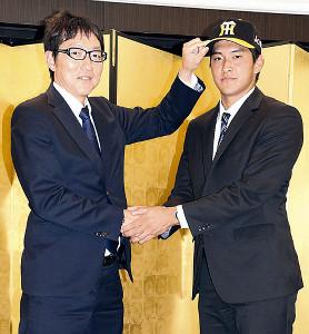 阪神から育成ドラフト2位で指名された奥山(右)が仮契約を済ませた(左は吉野スカウト)