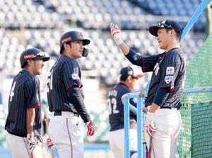 打撃練習の間に鈴木と話をする坂本勇(右)(左は菊池涼)