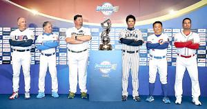 公式会見でフォトセッションする(左から)米国・ブローシャス監督、韓国・金監督、豪州・ニルソン監督、稲葉監督、台湾・洪監督、メキシコ・カストロ監督