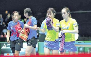 第1試合、ストレート負けした(右から)石川、平野ペア(左から中国ペアの劉詩꒚、陳夢=カメラ・竜田 卓)