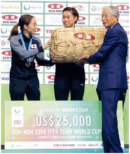 全農・長澤豊経営管理委員会会長(右)から石川に米俵が贈呈された