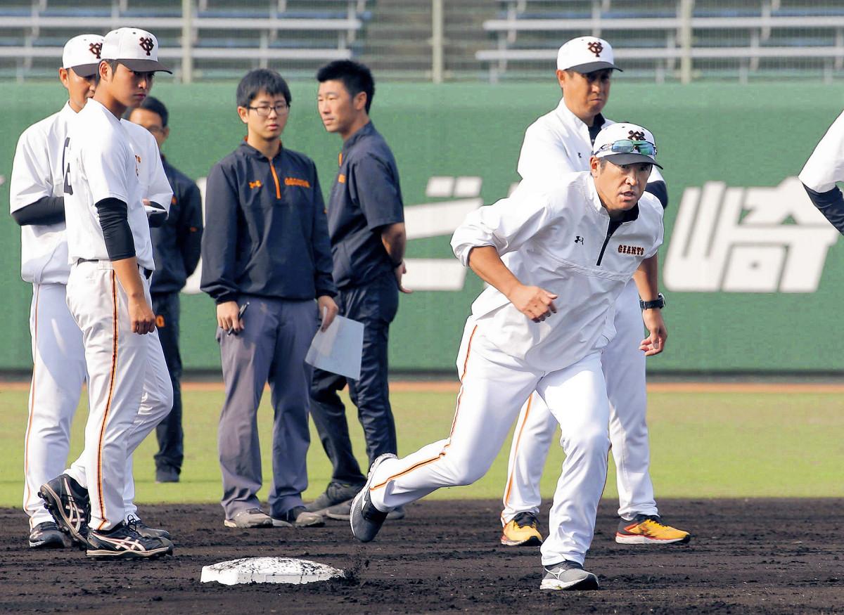 自ら走って走塁の手本を見せる石井琢朗1軍野手総合コーチ(カメラ・泉 貫太)
