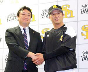 ソフトバンクの新コーチに就任した平石打撃兼野手総合コーチ(右。左は三笠GM)