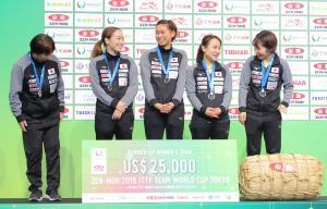 銀メダルの女子日本チーム(左から)馬場美香監督、石川佳純、佐藤瞳、伊藤美誠、平野美宇