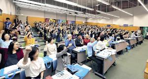 研修会に集まったボランティアの人々。さまざまな分野で東京大会を支えていく(カメラ・相川 和寛)