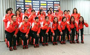 ラグビー代表のoneteamにあやかり、ワン(1)のポーズで健闘を誓ったハンドボール女子世界選手権代表