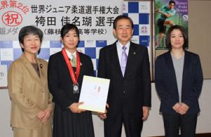 藤枝市役所を表敬訪問した藤枝順心高校の袴田(左から2人目)