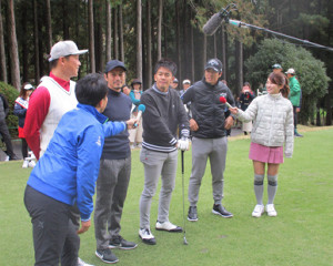 プロアマ戦で回った(左から)新井貴浩氏、鈴木啓太氏、武井壮、石川遼