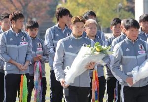 平和記念公園を訪れ、献花台を前に久保建英(左から3人目)らU22日本代表の選手たちは神妙な面持ち(カメラ・岩崎 龍一)
