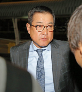 所用を終え再び宮崎空港に降り立った原辰徳監督はFA宣言中の楽天・美馬学投手と初めて直接会ったことを明かした