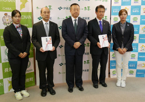 義援金の贈呈式に出席した、伊藤園所属の浜田(写真左)、大里(右)