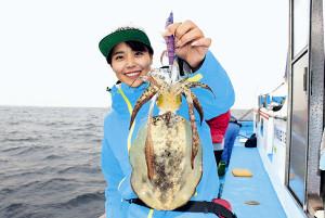 みらいちゃんが初めて釣った500グラムのアオリイカ(辰丸で)