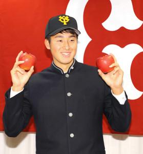 青森での仮契約ということで報道陣から手渡されたリンゴを手に笑顔の堀田賢慎