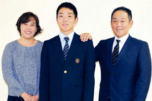 仮契約を結んだ日本ハムのドラフト3位・上野(中央)は母・祐子さん、父・将司さんと記念写真