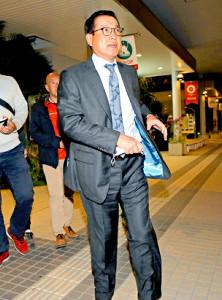 宮崎空港に降り立った原監督。この日、FA宣言した美馬との交渉に同席したことを明かした(カメラ・泉 貫太)