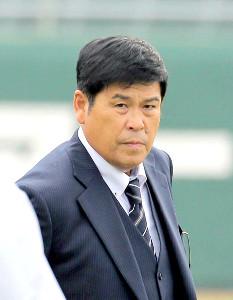 秋季宮崎キャンプを訪問してあいさつした新任の山崎章弘・巡回打撃コーチ