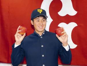 巨人への入団が決まり、青森の名産品のリンゴを手に笑顔を見せるドラフト1位指名の堀田賢慎(カメラ・森田 俊弥)