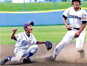 松園ファイターズ時代にプレーする堀田(左)