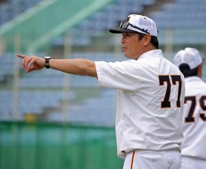 不在の原辰徳監督に代わり、陣頭指揮した元木大介・1軍ヘッドコーチ(カメラ・泉 貫太)