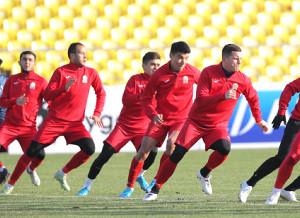 公式練習で調整するキルギス代表イレブン
