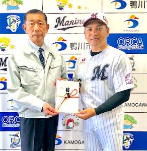 ロッテ・井口監督(右)はチャリティーオークションで集まった寄付金を亀田・鴨川市長に送った