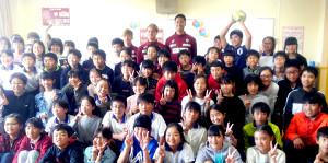 神戸市・垂水小学校を訪問した(最上段左から)FW古橋亨梧、DF酒井高徳、GK前川黛也(
