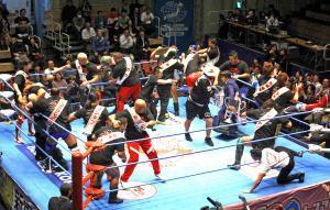 世界最強タッグ決定リーグ戦入場式では恒例の乱闘が展開された
