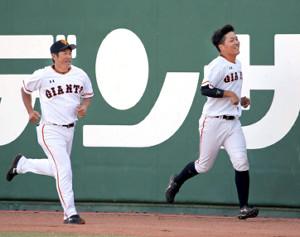 試合後に石井琢朗1軍野手総合コーチ(左)とポール間走を行った高山竜太朗