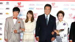 (左から)東貴博、安めぐみ、高橋英樹、妻の美恵子さん