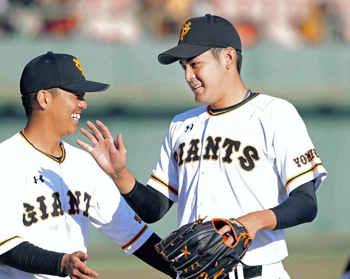 8回の1イニングを無失点に抑え、田中貴(左)に迎えられる与那原(カメラ・泉 貫太)