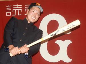 バットを手にポーズをとるドラフト6位指名の伊藤(カメラ・河原崎 功治)