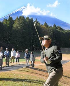 9番で富士山をバックに第2打を放つ宮里優作。初日5アンダーで首位に立った(カメラ・今西 淳)